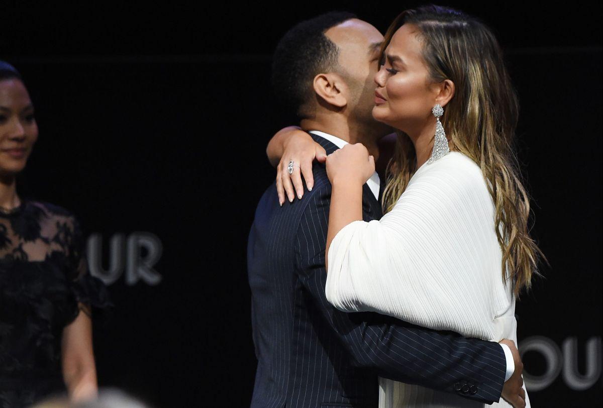 John Legend junto a su esposa Chrissy Teigen.
