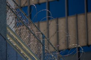 Hay 500 inmigrantes con COVID-19 en centros de detención de ICE