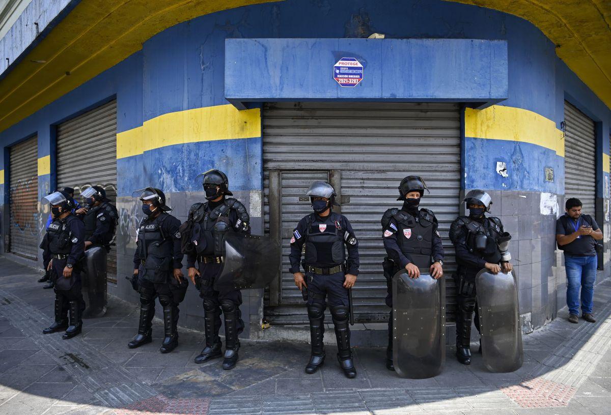Salvadoreños protestan frente al Consulado
