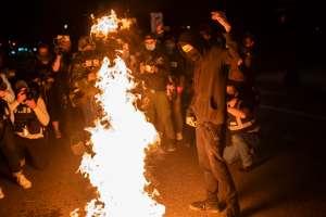 Grupo supremacista amenaza con perseguir a universitaria de Florida si no vota por Trump