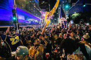 La afición le rinde homenajes a Kobe Bryant durante los festejos por el nuevo título de los Lakers
