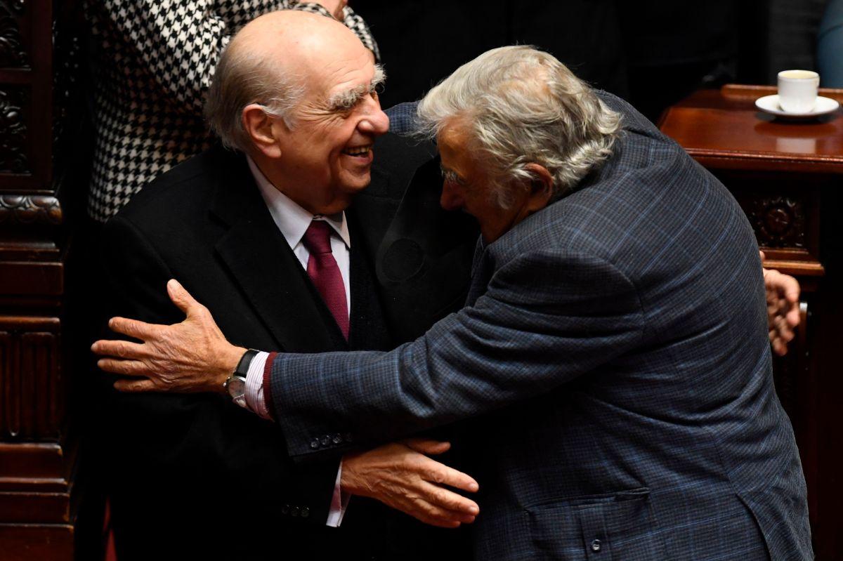 El abrazo histórico abrazo de Mujica y Sanguinetti, dos expresidentes rivales en Uruguay