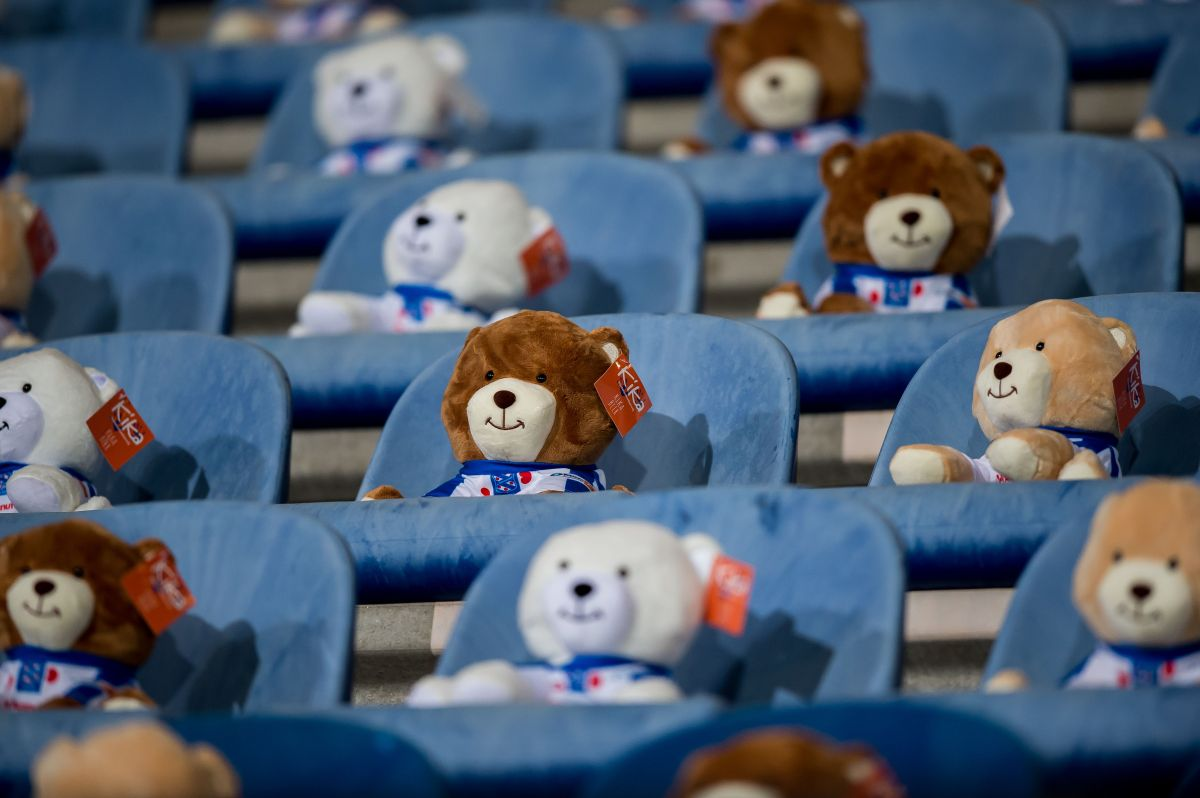 Equipo holandés llena las tribunas de su estadio con ositos de peluche por una noble causa