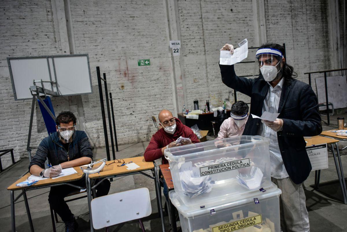 Chile aprueba por mayoría cambiar la constitución del régimen militar de Pinochet. ¿Qué significa?