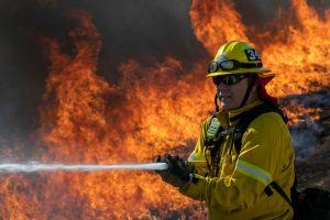 VIDEO: Impresionante incendio amenaza a vecindario de Compton en Los Ángeles