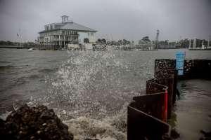 El huracán Zeta rompe un dique en Louisiana, cerca de 400,000 sin energía