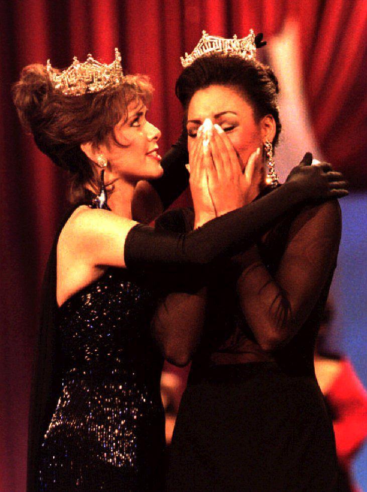 Miss America, Leanza Cornett corona a Kimberly Clarice Aiken. /Timothy A. CLARY / AFP