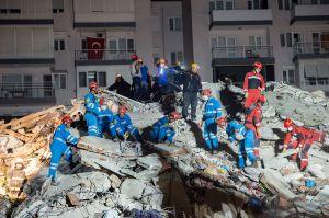 Terremoto en Grecia y Turquía: el sismo en el mar Egeo causa al menos una decena de muertes, destrozos y un minitsunami