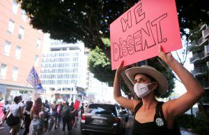 Miles de mujeres protestan contra la jueza nominada por Trump para el Supremo