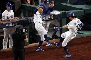 VIDEO: Cody Bellinger improvisa un nuevo festejo tras lesionarse el hombro celebrando un Home Run