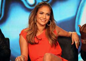 Los detalles del elegante y provocativo vestido plateado de Jennifer Lopez en los AMAs