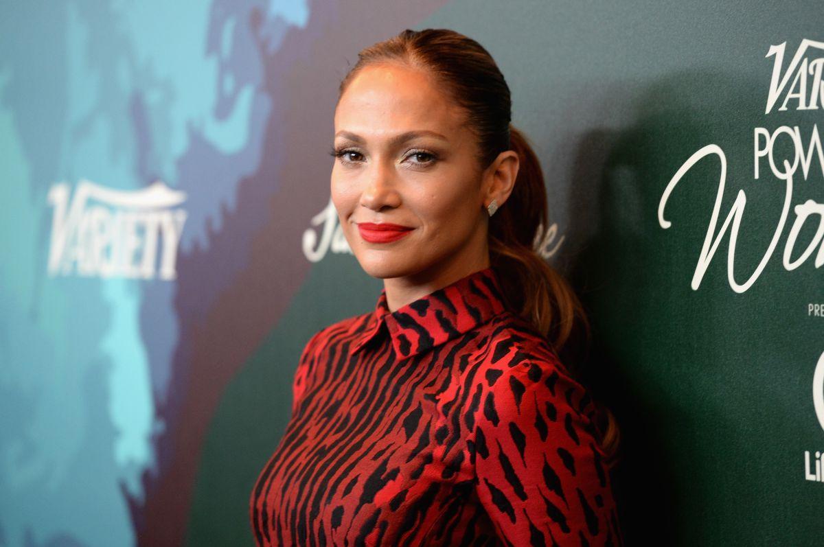 Jennifer Lopez da una sorpresa y comienza a desvestirse en un insinuante video