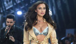 Irina Shayk se sacó toda la ropa en el jardín de Donatella Versace y todo por la revista Vogue