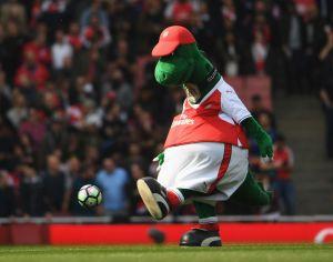 Arsenal despide a su mascota por la crisis y Mesut Özil se ofrece a pagarle el sueldo para que vuelva