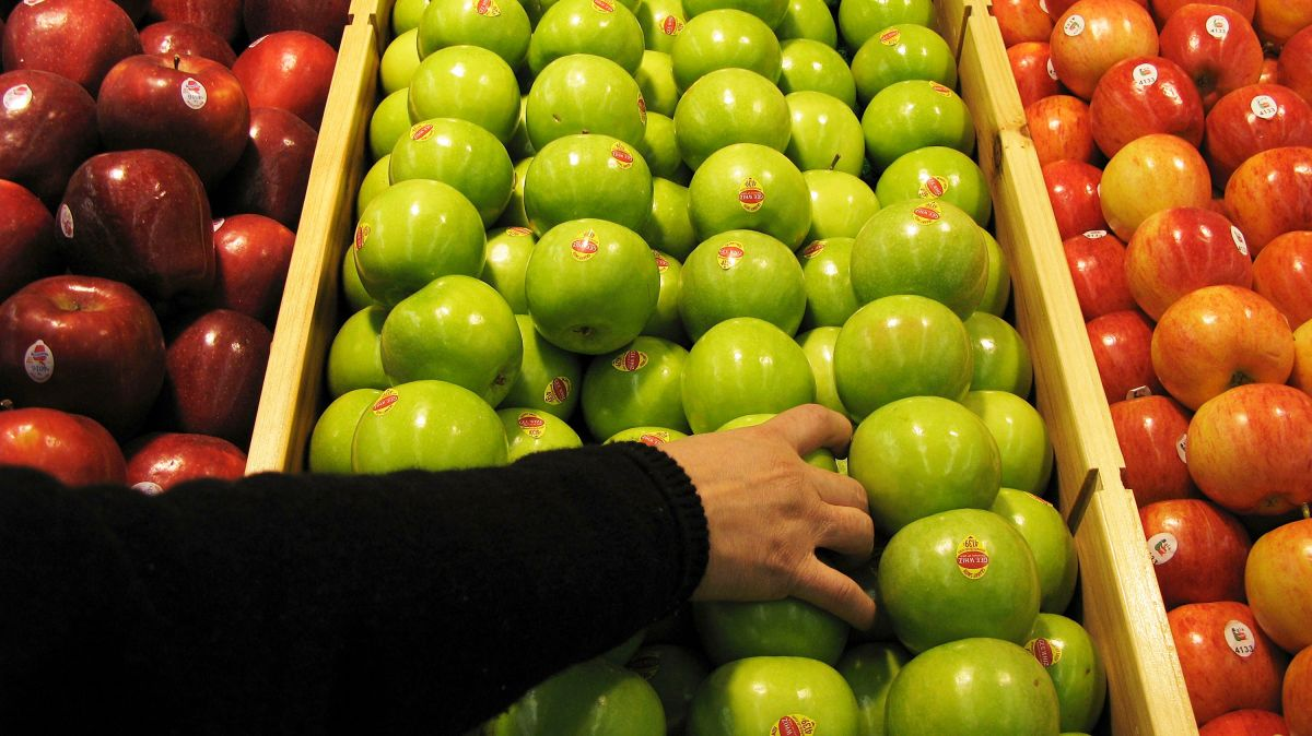 El doble golpe económico de la pandemia: al tiempo que la gente pierde sus empleos, suben los precios de los alimentos