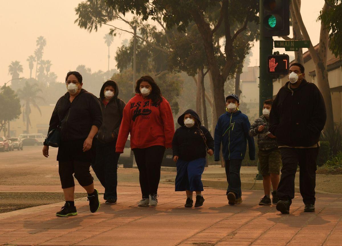 Una familia con mascarillas camina por las calles de Ventura, en California.