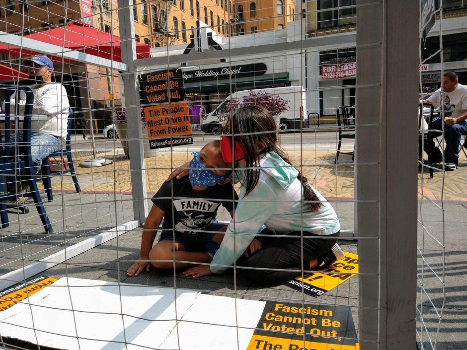 Demostración del sufrimiento de los niños migrantes detenidos en la frontera