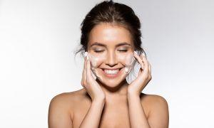 Humecta tu rostro mientras lo limpias con el gel adecuado para ti