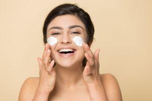 Obtén un maquillaje profesional con estos primers de impacto