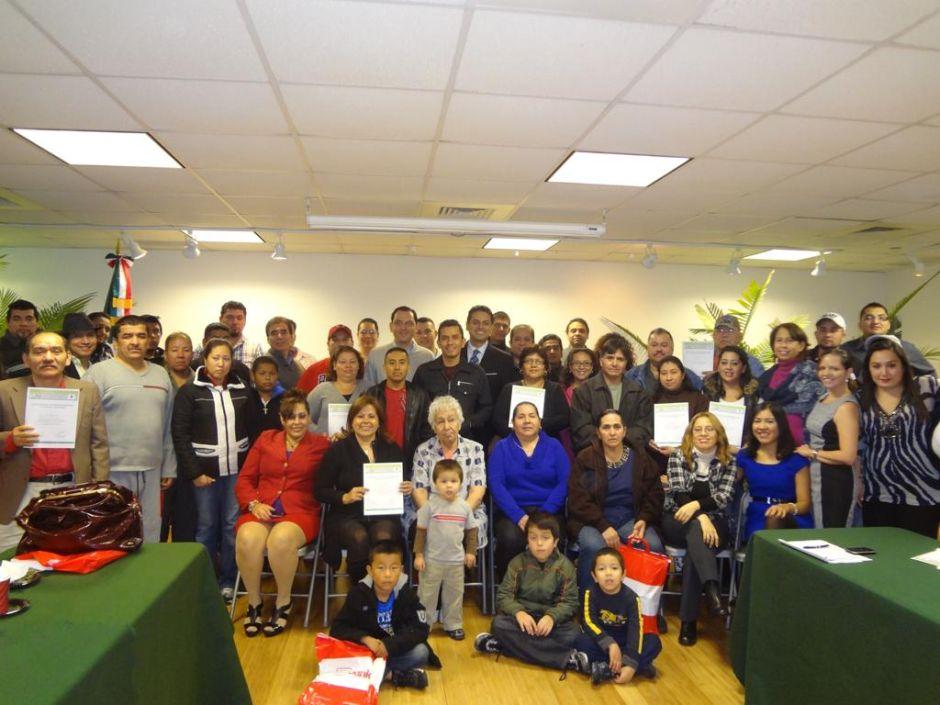 Raúl Lomelí entre la comunidad mexicana de visita en el consulado de México en Chicago