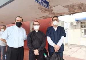 Estos sacerdotes se juegan la vida en México para ayudar consuelo en los hospitales