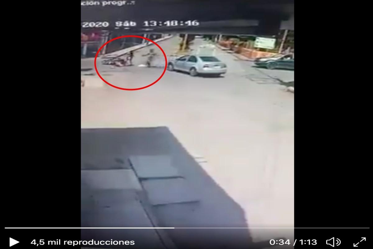 VIDEO: Sicario mata a joven frente a esposa y bebé; por los disparos los 3 cayeron de motoneta