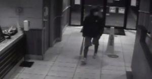 Captan en video a un hombre asaltando con un bate en mano un restaurante de Burger King en Texas
