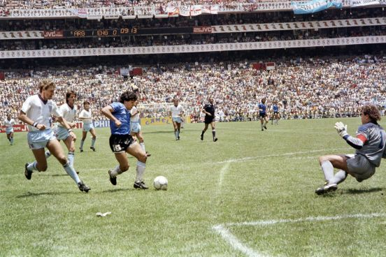El momento exacto del gol del siglo: Diego Maradona volvió locos a los ingleses.