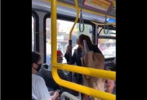 VIDEO: Pasajero lanza de bus a mujer que lo escupió