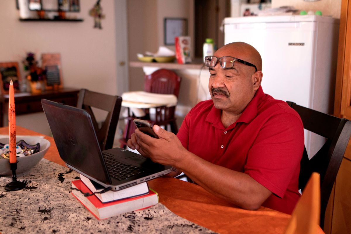 Fue deportado dos veces a pesar de ser veterano. Ahora regresa como ciudadano a EE.UU.