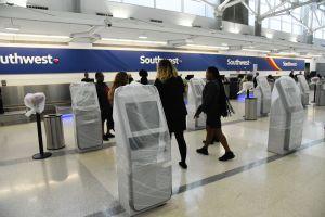 """Impiden acceso a pasajera a avión de Southwest Airlines por tener senos """"obscenos"""" y """"ofensivos"""""""