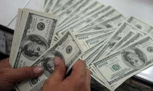 Estudiantes encuentran un bolso con casi $20,000 dólares y llaman a la policía