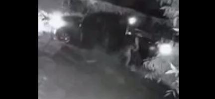 Aprovechado: Video captó a un hombre agrediendo brutalmente a una mujer en una carretera de Texas