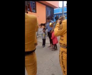 VIDEO: Conmovedor, niño paga $.26 dólares a mariachis para que le canten a su mamá