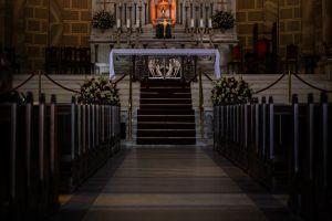Iglesia cambia su altar después de que un sacerdote lo usara para tener trío sexual con actrices de cine para adultos