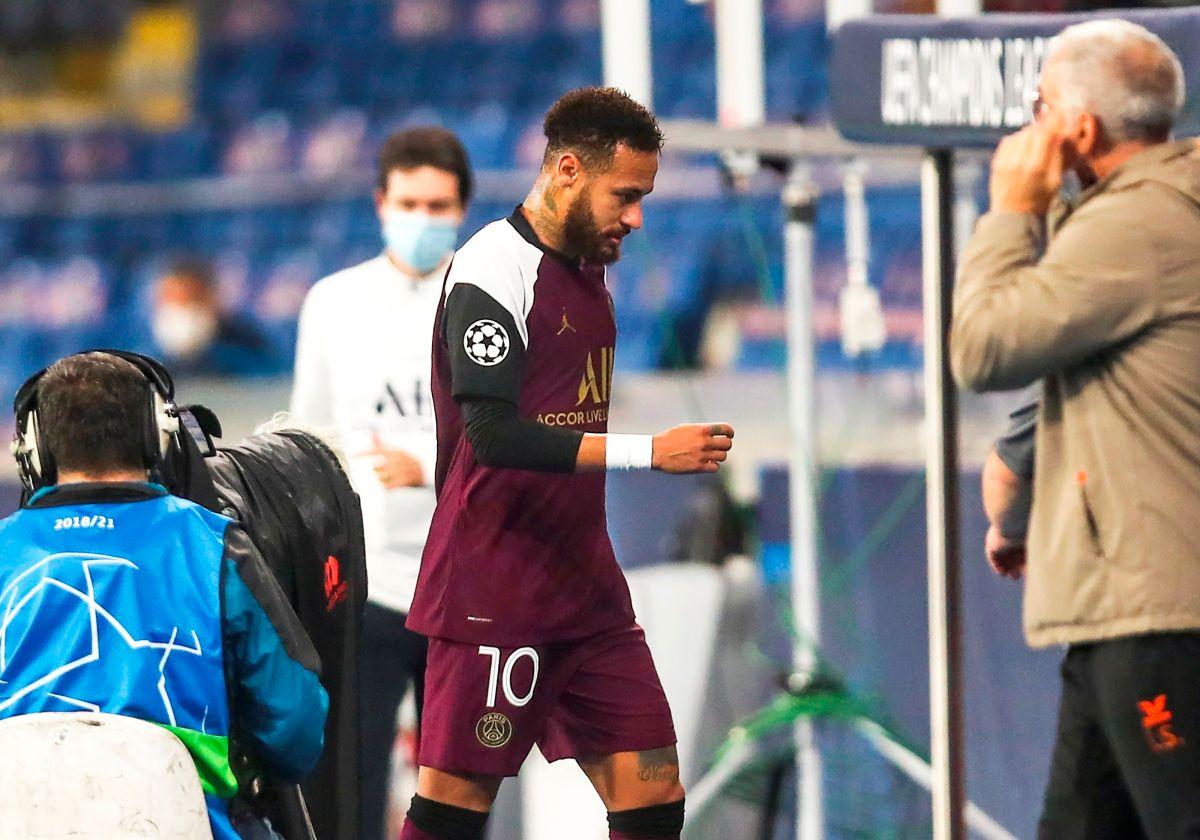 """Nueva """"Alerta Neymar"""": el brasileño abandonó la cancha en el minuto 26 por una lesión"""