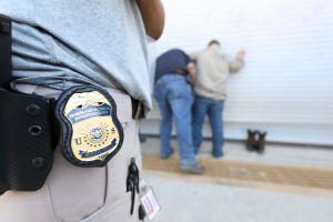 Primera redada de ICE en ciudades santuario deja 128 detenidos