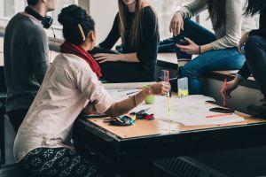 Los jóvenes y las reuniones sociales son el mayor factor de transmisión de COVID-19