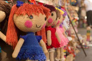 La increíble reacción de una niña huérfana de Nigeria a la que le regalan su primera muñeca