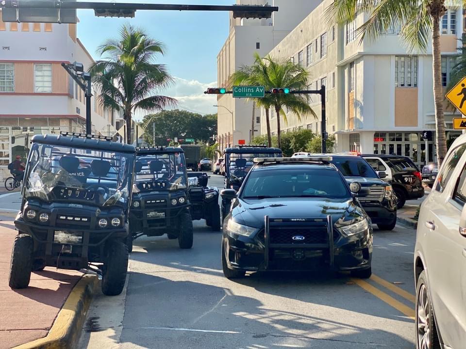 Varios efectivos de la policía de Miami Beach se desplazaron hasta el lugar donde arrestaron a los dos sospechosos.