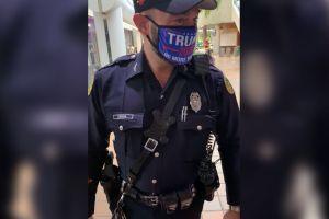Un policía uniformado de Miami luce una mascarilla de Trump