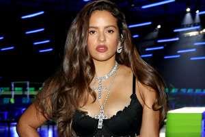 Con el mismo ajustado atuendo de Kim Kardashian, Rosalía causa furor al acudir a un restaurante de comida japonesa