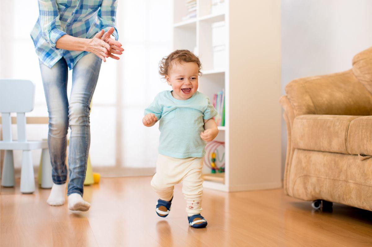 Los 5 mejores diseños de zapatos para niños que están dando sus primeros pasos