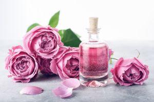 Los 5 mejores productos con agua de rosas para el cuidado y la salud de tu piel