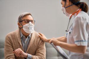 Vacuna de Oxford contra coronavirus produce fuerte inmunidad en ancianos