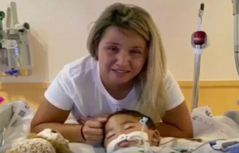 Madre de niño conectado a un respirador manda un mensaje desgarrador en video; ruega por tiempo y oraciones
