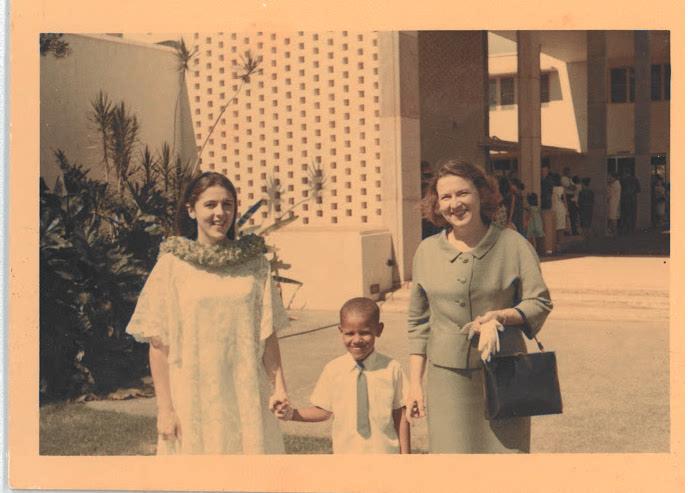 Barack Obama con su madre, Ann Dunham (izquierda) y abuela, Madelyn Lee Payne Dunham.