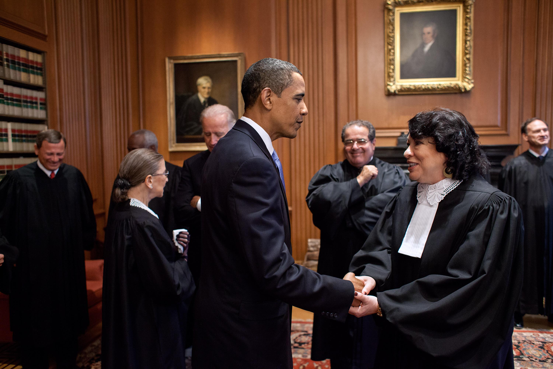 El presidente Barack Obama habla con la jueza Sonia Sotomayor antes de su ceremonia de investidura en la Corte Suprema de Justicia, 8 de sept., 2009.