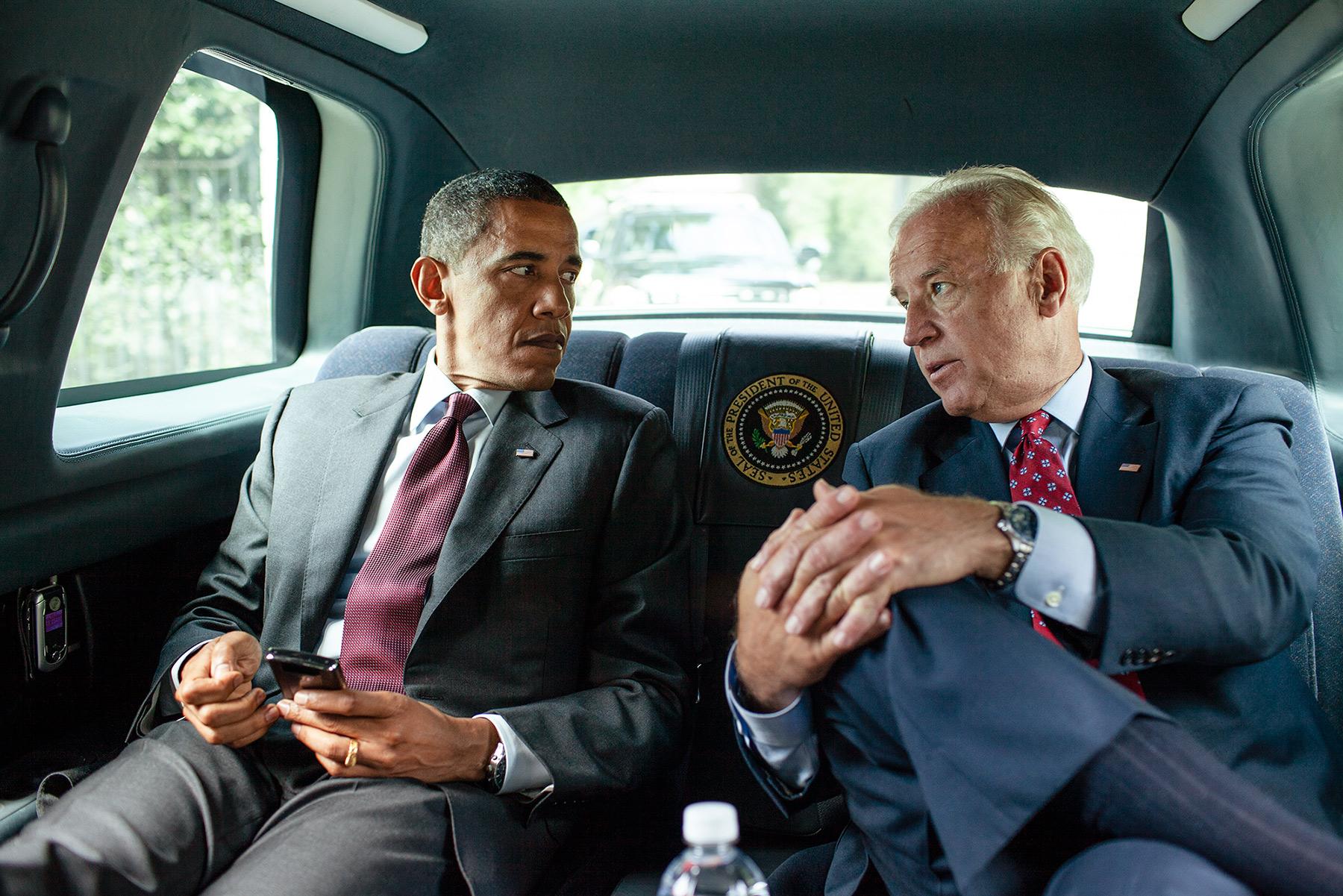 El presidente Barack Obama y el vice presidente Joe Biden camino a firmar la Ley de Protección al Consumidor y Reforma de Dodd-Frank Wall Street, 21 de julio, 2010.