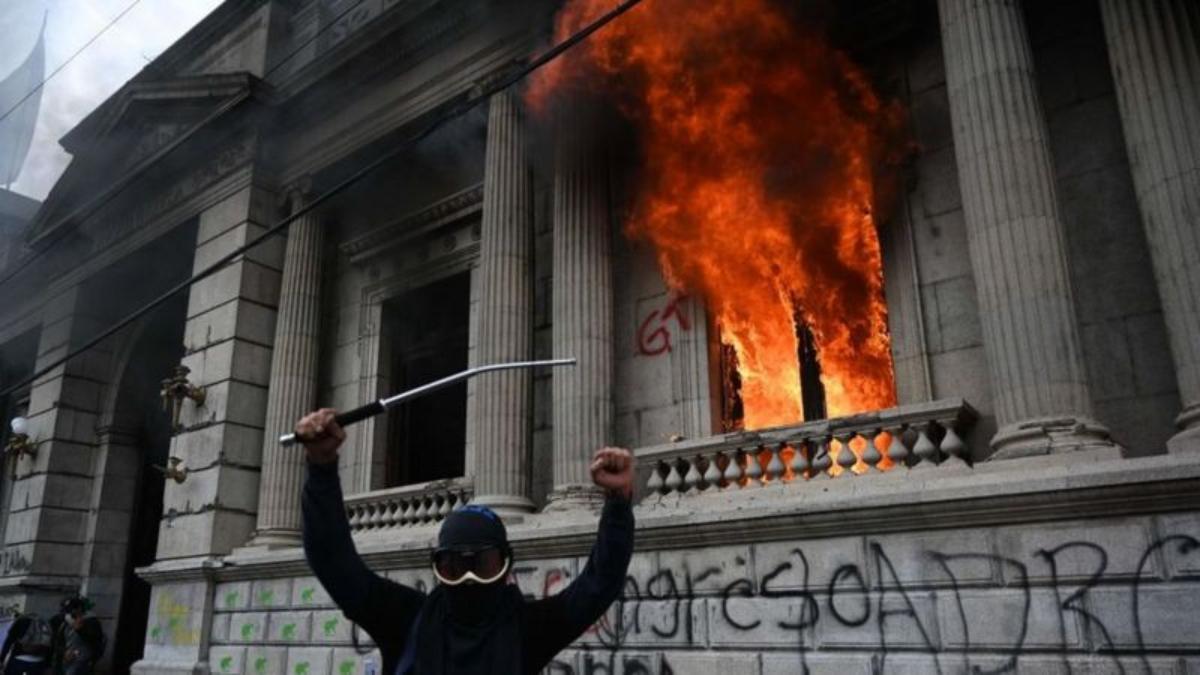 Protestas en Guatemala: manifestantes toman e incendian instalaciones del Congreso